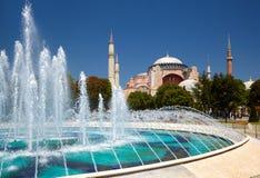 fontain在苏丹有圣索非亚大教堂的Ahmet公园在backg 库存图片