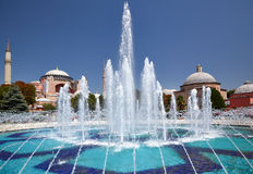 fontain在苏丹有圣索非亚大教堂的Ahmet公园在backg 免版税库存图片