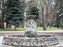 Fontain με ένα άγαλμα λεκανών νερού παιδιών στο πάρκο Krasnodar Gorki Στοκ φωτογραφία με δικαίωμα ελεύθερης χρήσης