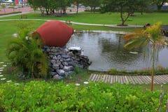 Fontain bonito formado como o frasco cerâmico em um parque Hulhumale, Maldivas foto de stock royalty free