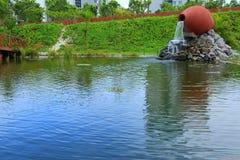 Fontain bonito formado como o frasco cerâmico em um parque Hulhumale, Maldivas Fundo bonito da natureza foto de stock