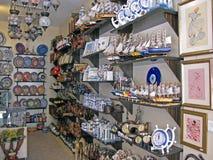 Fontain de Vauclouse, Frankrike - April 7 2017: En shoppa med en traditionell regional manufactory Lavendel örter, kläder, leksak Arkivfoton