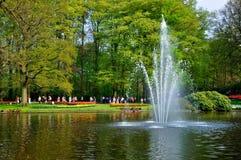 Fontain en el río en el parque de Keukenhof Fotos de archivo libres de regalías