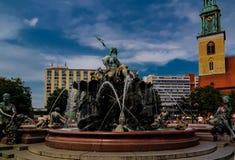 Fontain en staty av Neptun, Alexanderplatz berkshires fotografering för bildbyråer