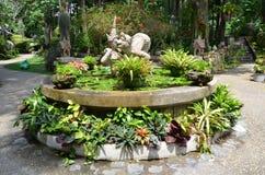 Fontain met bloemen en beeldhouwwerk royalty-vrije stock afbeelding