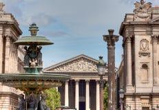 Fontain och Madeleine kyrka i Paris Royaltyfria Bilder