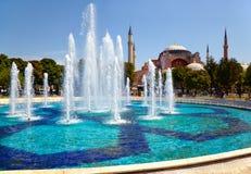 Fontain in Sultan Ahmet Park met Hagia Sophia in backg Stock Afbeeldingen