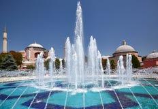 Fontain in Sultan Ahmet Park met Hagia Sophia in backg Royalty-vrije Stock Afbeeldingen