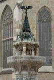 Fontain und zwei Fenster der Kathedralenstadt von Nordlingen in Deutschland Stockbild