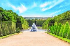 Fontaine金字塔在凡尔赛一个beautful和著名庭院里  库存照片