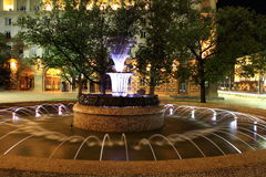 Fontaine à Sofia, Bulgarie par nuit Photos stock