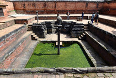 Fontaine antique dans Bhaktapur nepal Maintenant détruit après une masse Images stock