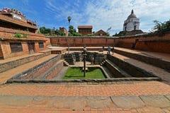 Fontaine antique dans Bhaktapur nepal Maintenant détruit après une masse Images libres de droits
