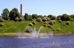 Fontaine au centre du lac Photos libres de droits