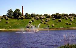 Fontaine au centre du lac Photographie stock libre de droits