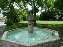 Fontaine au parc près du monastère augustin Crucelin ou de l'abbaye de Kreuzlingen photo stock