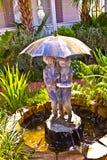 Fontaine avec de l'eau d'un parapluie avec des gosses Photographie stock libre de droits