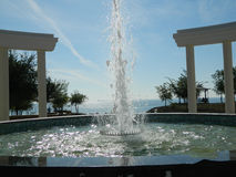 Fontaine avec des voûtes devant la mer Image stock