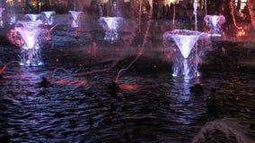 Fontaine avec l'illumination de l'eau, de lumière et de feu banque de vidéos