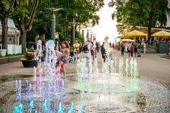 Fontaine avec la couleur de lumières dans Jurmala Photographie stock