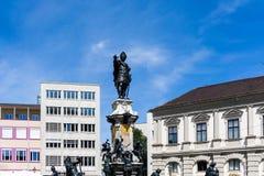 Fontaine avec la statue de l'empereur Augustus à Augsbourg Augustus photographie stock