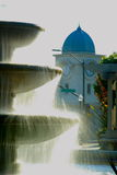 Fontaine avec la tour d'horloge Photos libres de droits