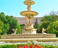 Fontaine avec le palais à l'arrière-plan photographie stock libre de droits