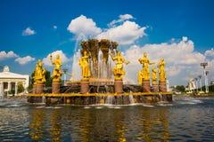 Fontaine avec les sculptures d'or Amitié des peuples plan rapproché, l'ENEA, VDNH, VVC , Moscou, Russie Photographie stock
