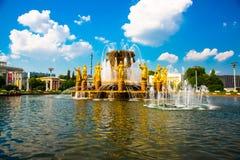 Fontaine avec les sculptures d'or Amitié des peuples plan rapproché, l'ENEA, VDNH, VVC , Moscou, Russie Image stock
