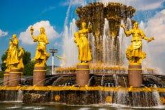 Fontaine avec les sculptures d'or Amitié des peuples plan rapproché, l'ENEA, VDNH, VVC , Moscou, Russie Images libres de droits