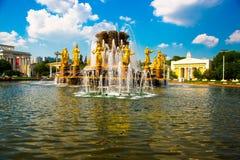 Fontaine avec les sculptures d'or Amitié des peuples plan rapproché, l'ENEA, VDNH, VVC , Moscou, Russie Photographie stock libre de droits