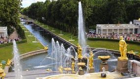 Fontaine avec un chiffre de Samson et le lion à St Petersburg photos libres de droits