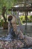 Fontaine avec un musée EAU de cruche Photographie stock libre de droits