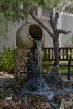 Fontaine avec un musée EAU de cruche Photo stock