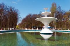 Fontaine blanche en parc de la ville Nijni-Novgorod (Avtozavo Image stock