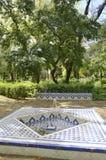 Fontaine blanche et bleue dans le jardin Photographie stock libre de droits