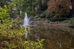 Fontaine célèbre dans le beau jardin japonais dans le jardin botanique de Wroclaw, Pologne Horizontal de ville Photographie stock