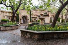 Fontaine centrale chez Tlaquepaque dans Sedona, Arizona images libres de droits