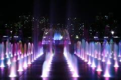 Fontaine colorée la nuit Photos stock