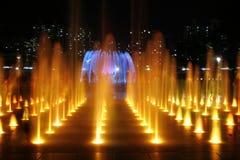 Fontaine colorée la nuit Images libres de droits
