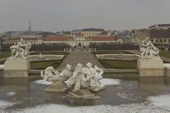 Fontaine congelée de parc de belvédère à Vienne image libre de droits