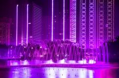 Fontaine, construisant avec les lumières décoratives ultra-violettes images libres de droits