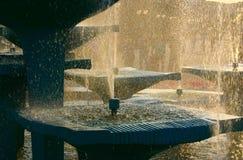 Fontaine contre le soleil lumineux Images libres de droits
