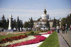 Fontaine décorée de l'or en parc de Moscou Image libre de droits