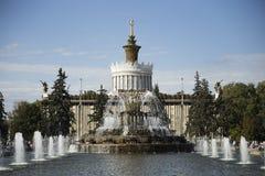 Fontaine décorée de l'or en parc de Moscou Photos stock