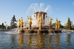 Fontaine décorée des statues d'or Photos stock