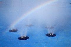 Fontaine d'arc-en-ciel et d'eau Photo libre de droits
