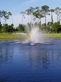 Fontaine d'eau d'arc-en-ciel photographie stock libre de droits