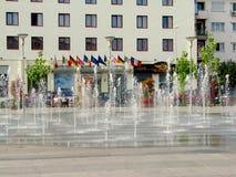 Fontaine d'eau au centre de la ville de Bacau Photos libres de droits