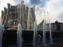 Fontaine d'eau au centre de la ville sur le fond du bâtiment photos libres de droits